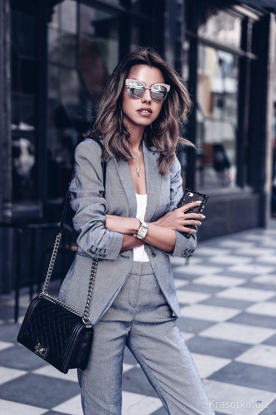 a7a97202269 Классические брюки в женском гардеробе – давно уже необходимая вещь.  Когда-то революционно введённые в моду Коко Шанель