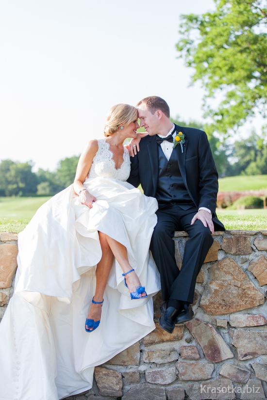 Свадебное платье с синими туфлями