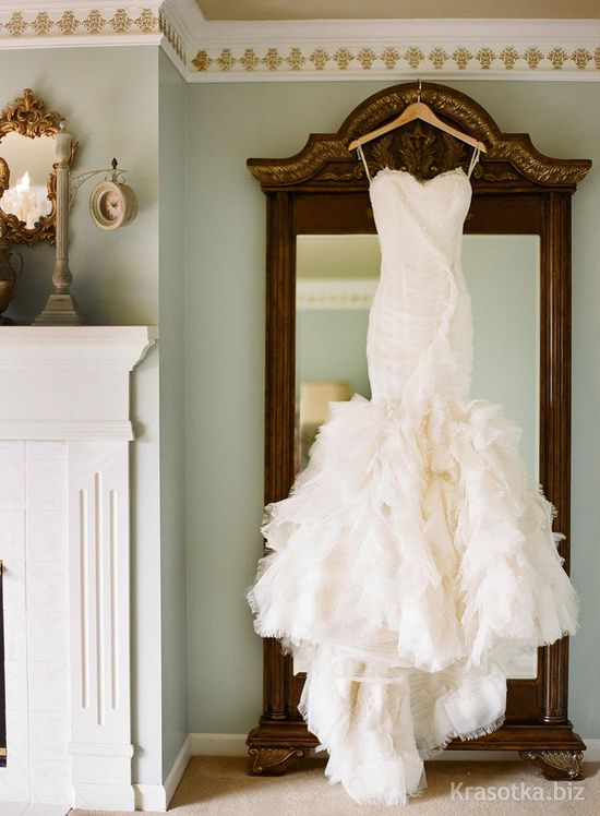 Платье на вешалке дома
